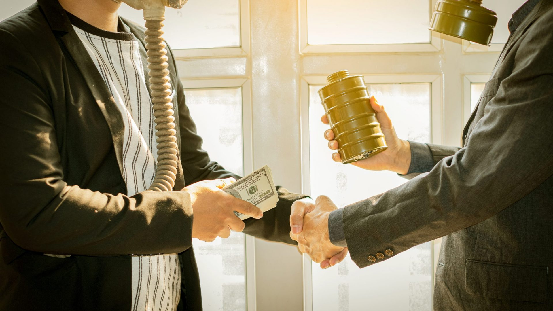 2 businessmen are smuggling and paying in front of each other
